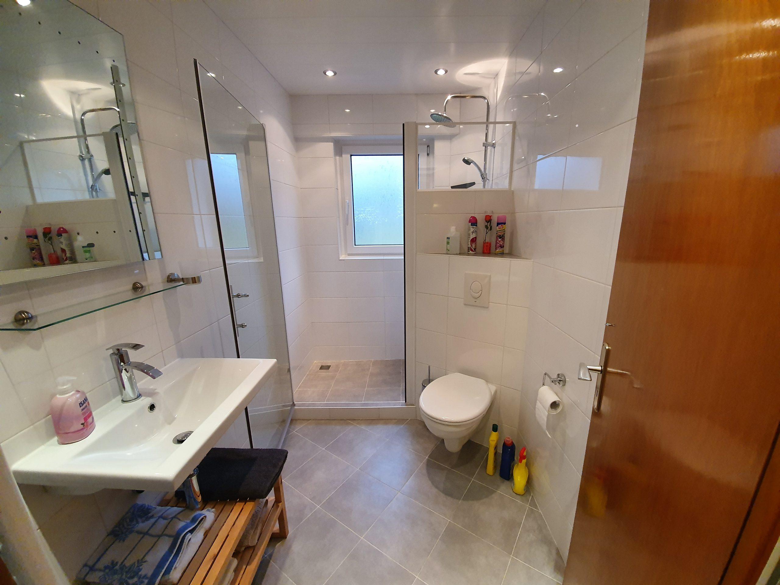 EG: Badezimmer mit Dusche