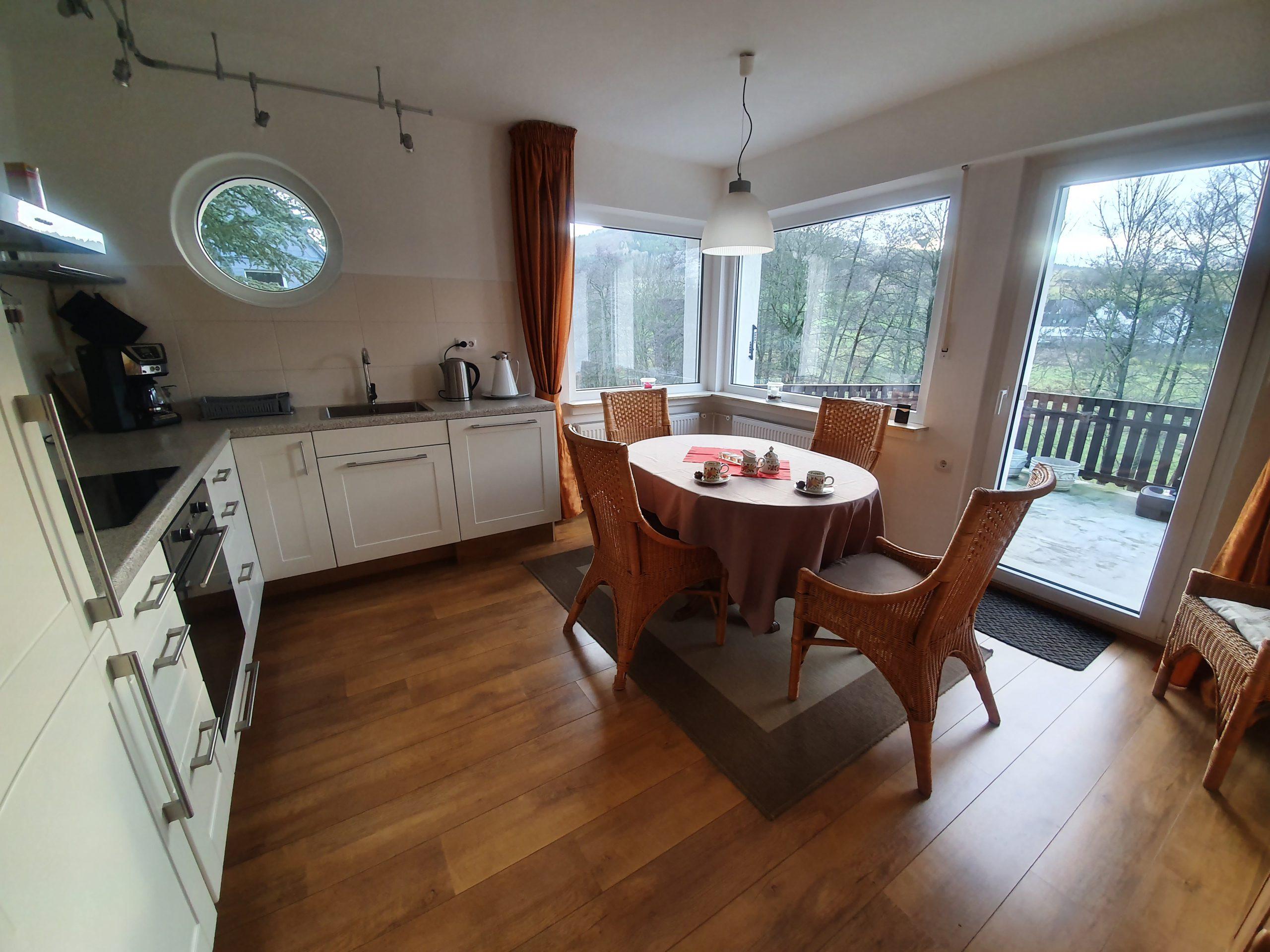 EG: Küche mit Zugang zur Terrasse