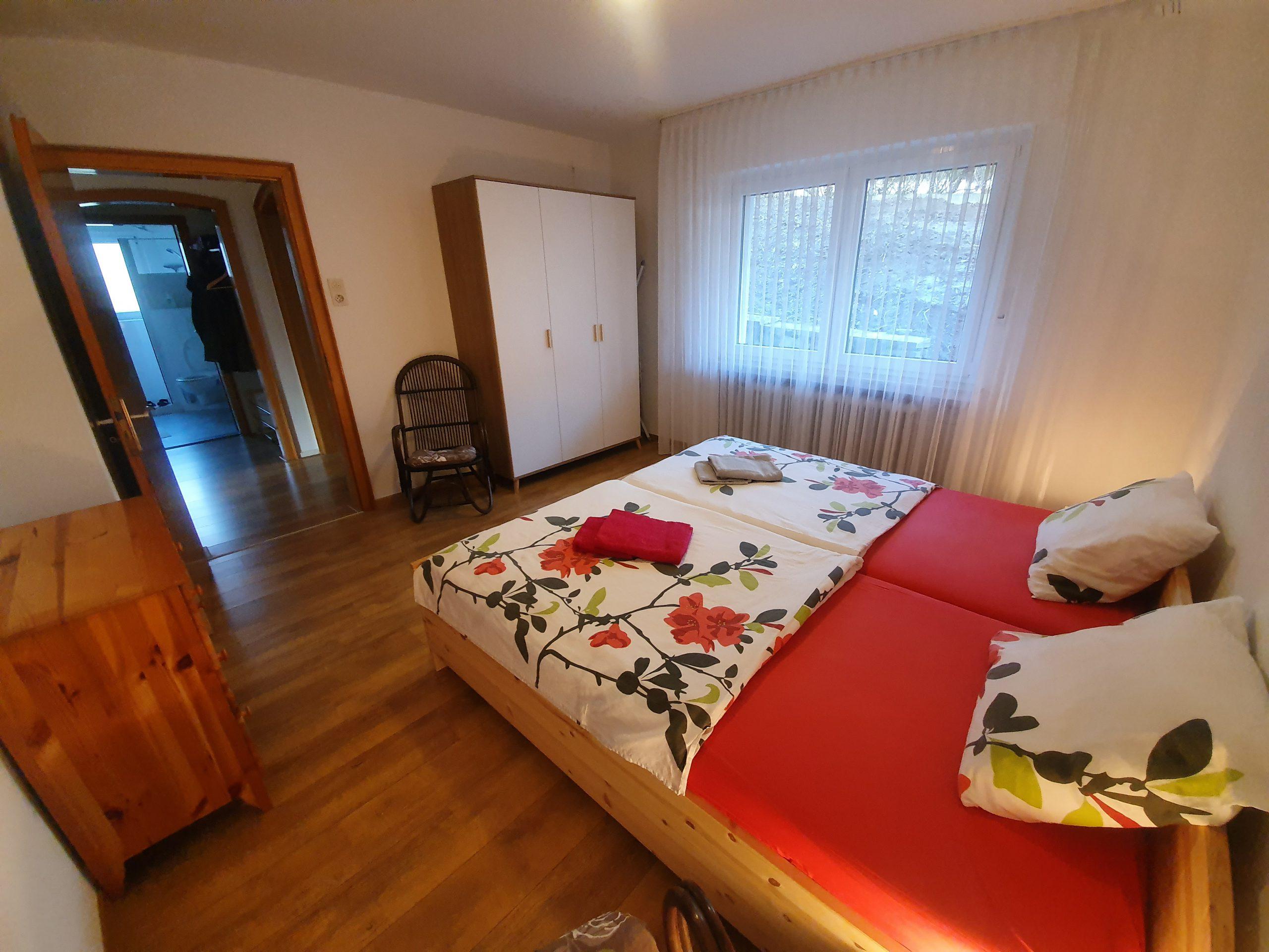 EG: Schlafzimmer mit Doppelbett