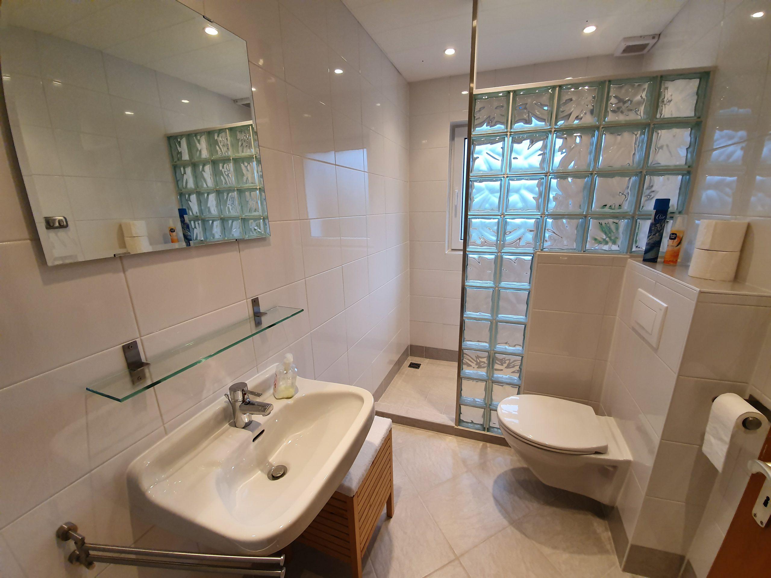 OG: Badezimmer mit Dusche