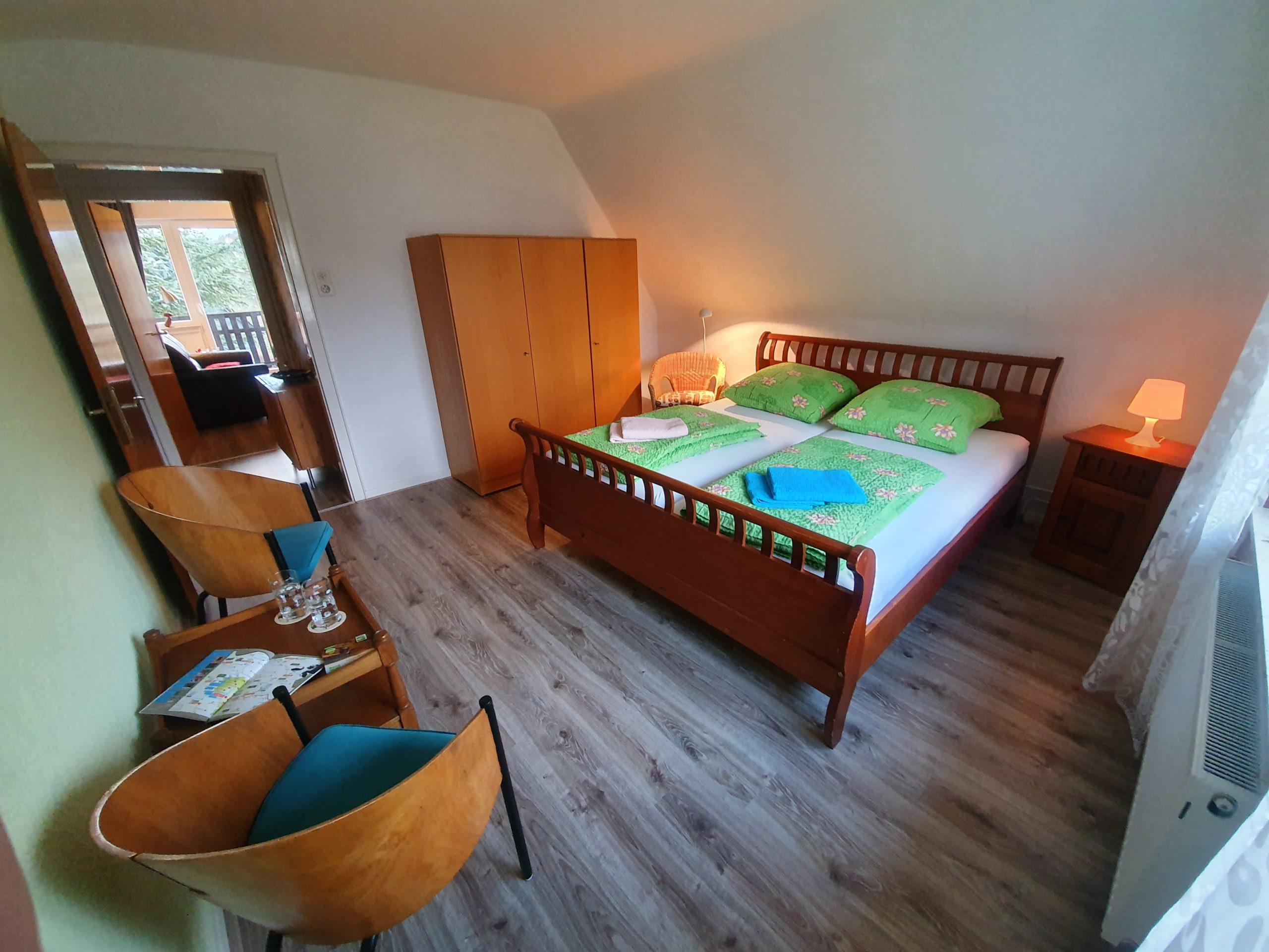 OG: Schlafzimmer 2 mit Doppelbett