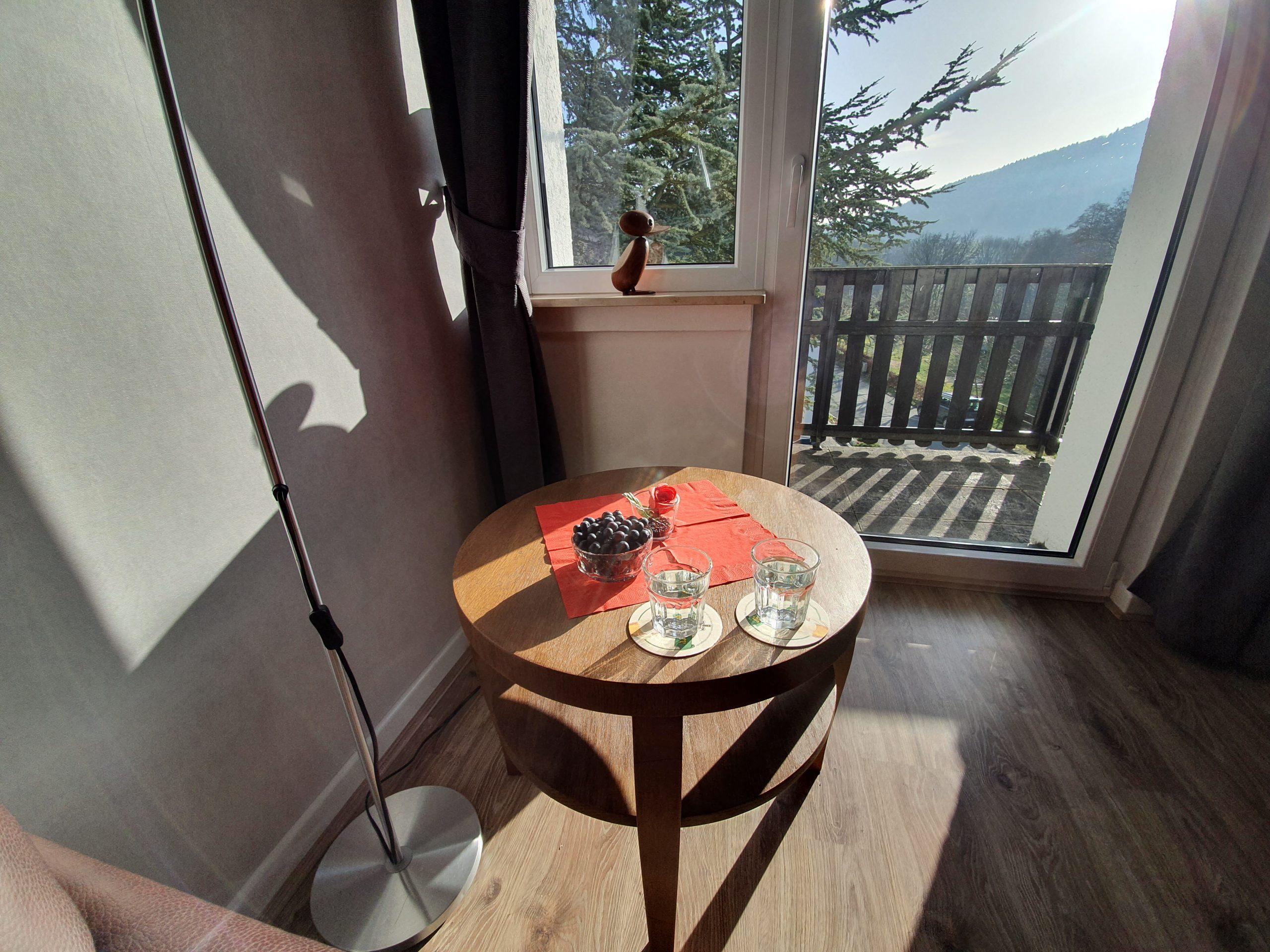 OG: Wohnzimmer mit Balkon und Bergblick