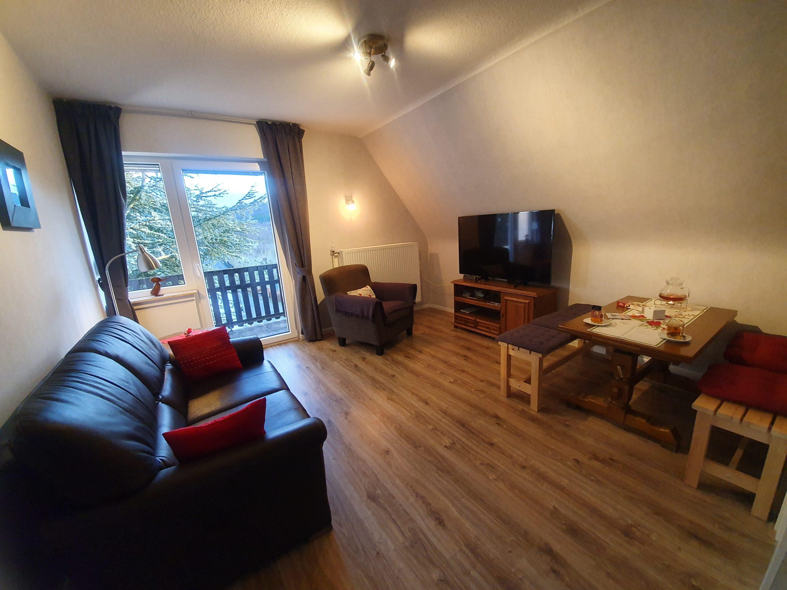 OG: Wohnzimmer mit Essecke